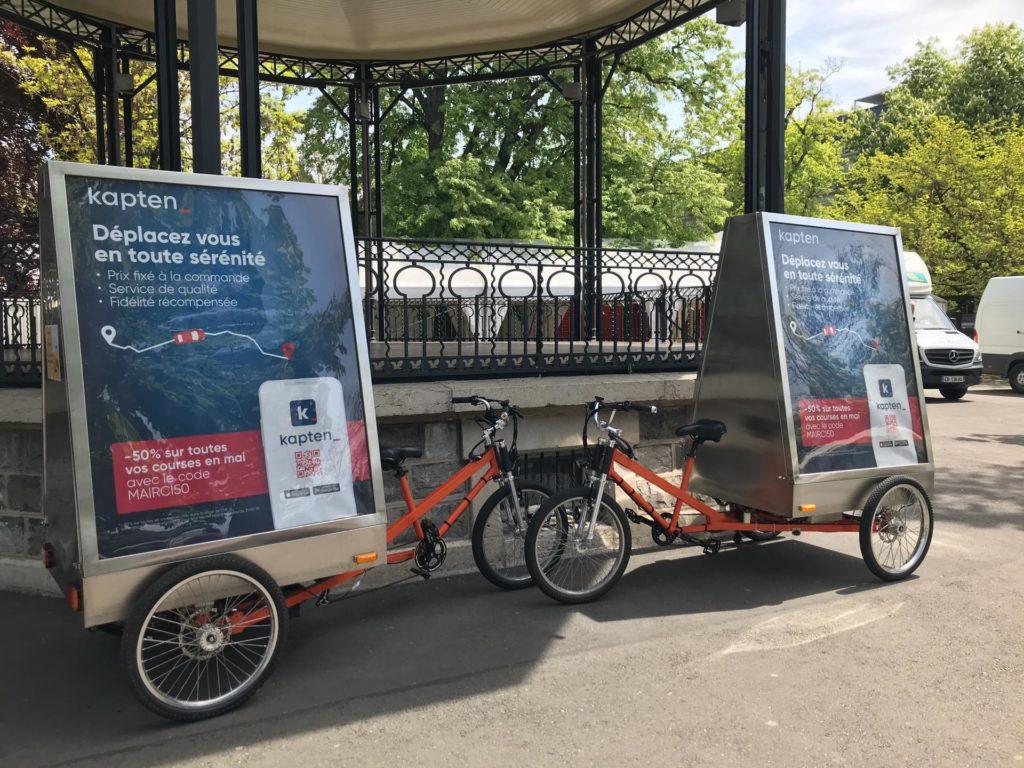 deux vélos publicitaires de street marketing dans un parc de Genève