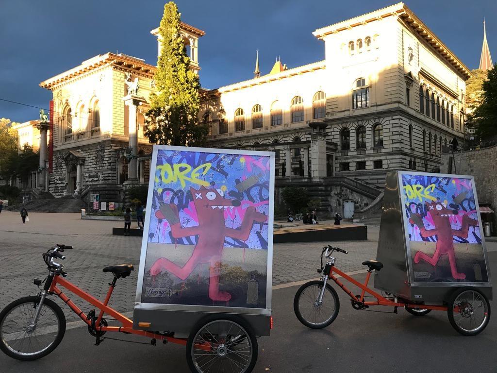 Les vélos électriques MediaShift sur la place de la Riponne à Lausanne pour la campagne de Pimax avec BELAIR FINEART