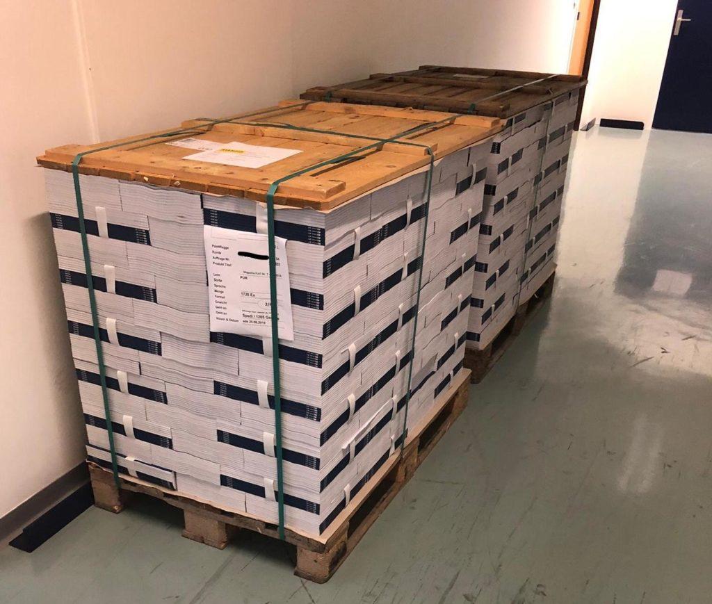 deux palettes contenant près de quatre mille catalogues stockés en attente de livraison par les livreurs en vélos électriques mediashift