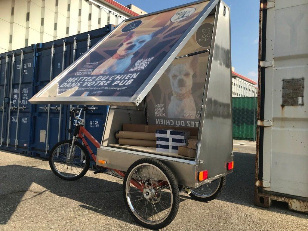 vélo électrique MediaShift de livraison contenant des colis divers pris en photo par le livreur