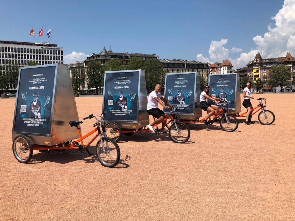 4 vélos et trois promoteurs alignés sur la plaine de Plainpalais prêts à partir en campagne . voilà la communication événementielle
