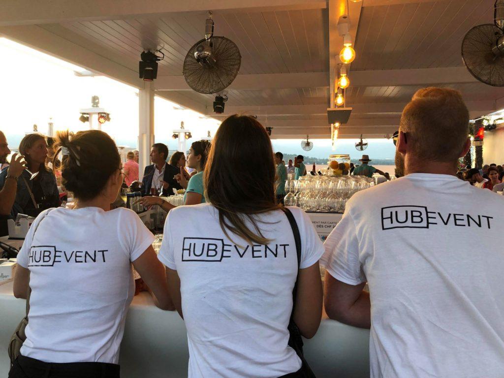 Photo de trois promoteurs MediaShift accoudé à la terrasse d'un bar lors d'un événement au bord de l'eau à Genève pendant la campagne HubEvent