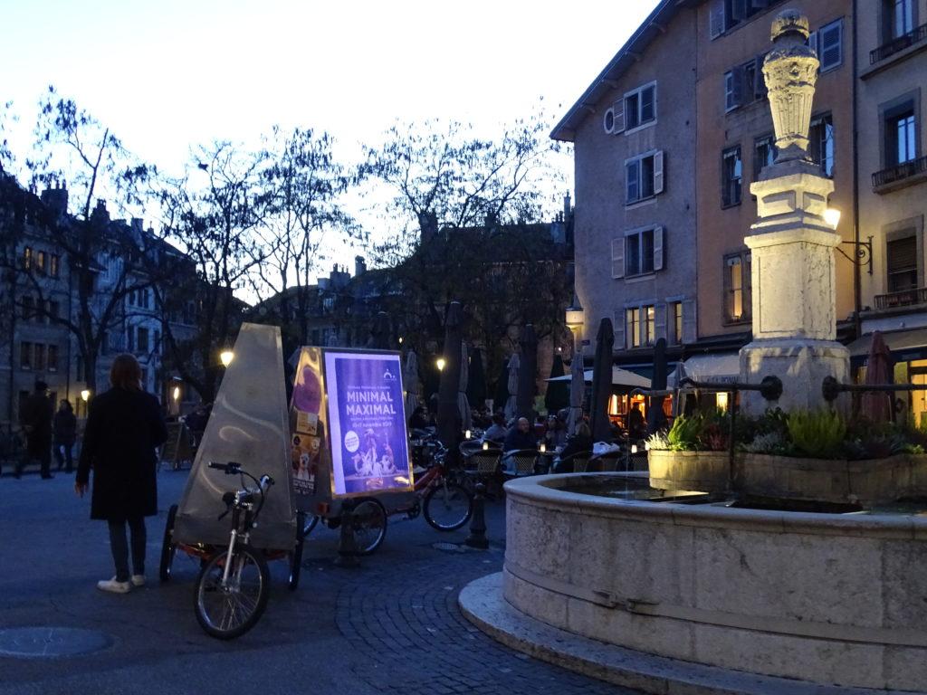 Vélo électrique publicitaire MediaShift rétroéclairé en vieille ville de Genève pour la campagne Minimal Maximal du Grand Théâtre de Genève